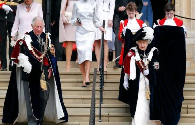 """凯特被站C位的卡米拉当众""""训斥""""英王室婆媳地位高低有别"""